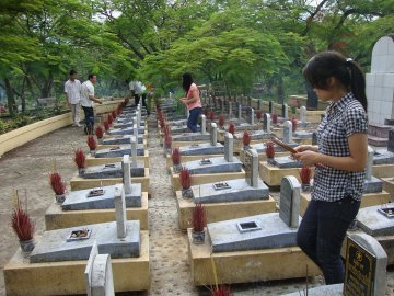2011: Đi nghĩa trang Trường Sơn. Cột mốc 2 địa điểm muốn đến trong đời sinh viên thế là hoàn thành :-j. Click vào ảnh để đọc note nhé :D.